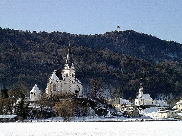Kirchenanlage Maria Wörth mit Pfarrkirche Hll. Primus und Felician (links) und Winterkirche (rechts)