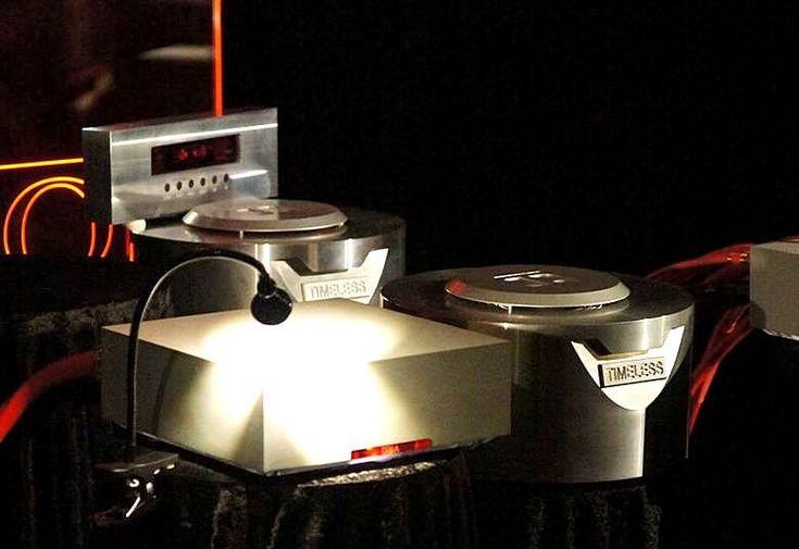 Omega Audio Concepts e Gold Note, hanno allestito un impianto da sogno. La parte analogica è rappresentata da Gold Note con giradischi Gold Note Bellagio Conquest e dal Pre Phono PH-1. Il resto della catena è invece completamente Omega Audio Concepts, (mio compaesano) dalle sorgenti digitali all'amplificazione, passando per i cavi fino agli altoparlanti realizzati, come tutti gli altri componenti, partendo da blocchi in alluminio pieno e scavati con macchine a controllo numerico.