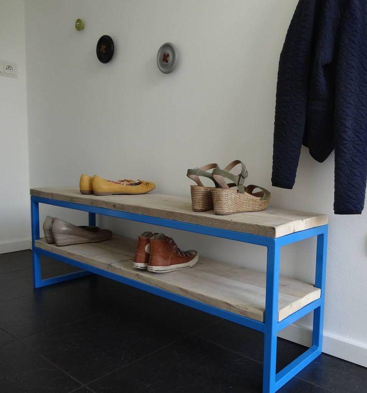 Breng een beetje kleur in huis. Dit bankje van steigerhout met hemelsblauw gepoedercoated frame fleurt je hal op!