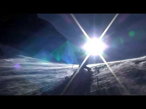 Sulle orme di Patrick Berhault, Franco Nicolini insegue da molto tempo il sogno di concatenare tutte le 82 vette che superano i quattromila sulle Alpi. Insieme a Diego Giovannini, Nicolini riesce nell'impresa in 60 giorni muovendosi a piedi, sugli sci o in bicicletta. Scopriamo così una nuova spinta dell'alpinismo sulle Alpi.