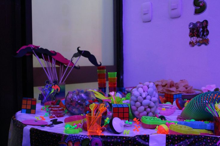 Mesa de snacks y hora loca, decoracion de los años 80's