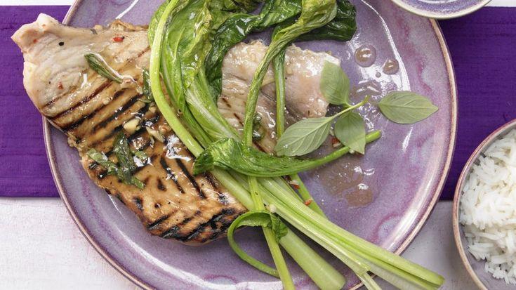 Ein besonders edles Fischfilet: Gegrillter Schwertfisch mit thailändischem Gemüse und Ingwer   http://eatsmarter.de/rezepte/gegrillter-schwertfisch