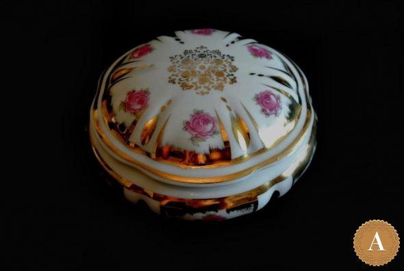 Фарфоровая бонбоньерка «Розовый бутон». Франция, середина ХХ века.
