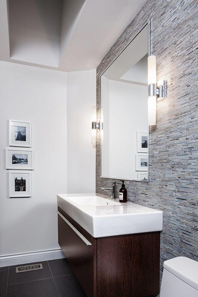 Un revêtement mural ajoute beaucoup de style à une pièce! On aime la mosaïque au mur de cette petite salle de bain.