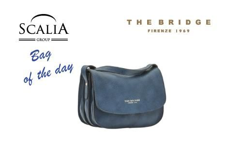 La #bagoftheday di oggi è la tracollina The Bridge in colore blu pioggia #bags #fashion #borse #moda