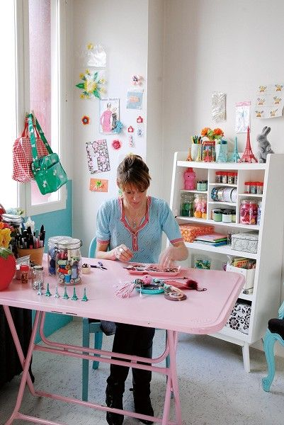 what a bright and pretty craft space!