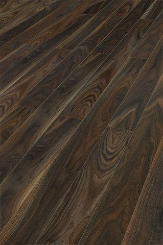 Ламинированный пол, который выглядит точно так же, как и воспринимается на ощупь - абсолютно естественно. За Kaindl Natural Touch кроется специальная технология синхронизации, благодаря которой структура поверхности точно соответствует рисунку декора. Даже специалисту трудно отличить такой пол от натуральной деревянной поверхности