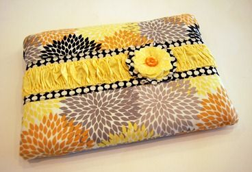 Yet another laptop sleeve DIY. Love the yellow!