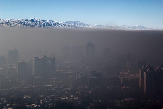 A foto foi feita em Almaty, maior cidade do Cazaquistão. A inversão de temperatura prende a poluição no nível da cidade.