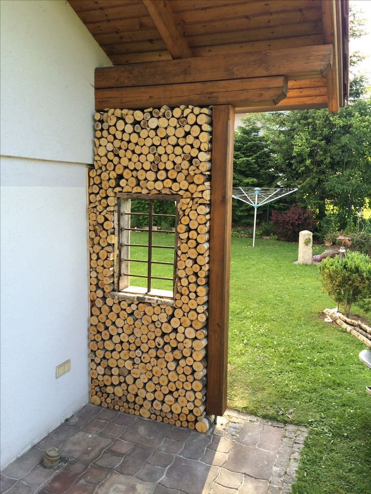 fertige Wand aus Birkenholz-dekorativ im Garten