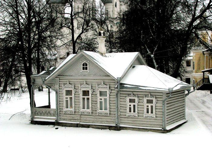 """Деревянная архитектура - вообще одна из """"визитных карточек"""" русской старины. Вряд ли есть у нас хоть один старый город, полностью лишенный деревянного зодчества. Однако некоторые города выделяются особенно - таковых можно вспомнить 10-20 (Архангельск, Козьмодемьянск, Астрахань,…"""