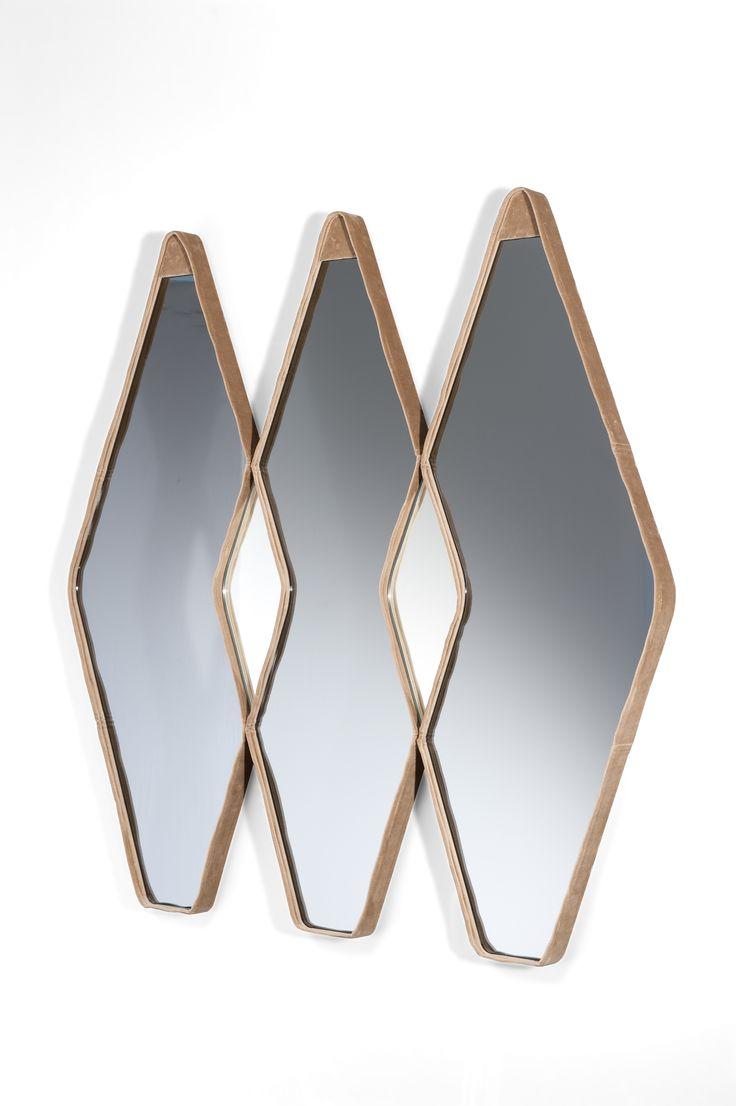 Vanity Fair _design Gino Carollo  Lo specchio, progettato da Gino Carollo, in cristallo specchiato o specchiato fumè, rivestito in velluto, per ottenere un effetto di lusso e preziosità discreta a contrasto con la linearità della forma romboidale, può essere singolo o doppio o triplo o addirittura riempire un'intera parete accostando e ripetendo il modulo lungo tutta la superficie.