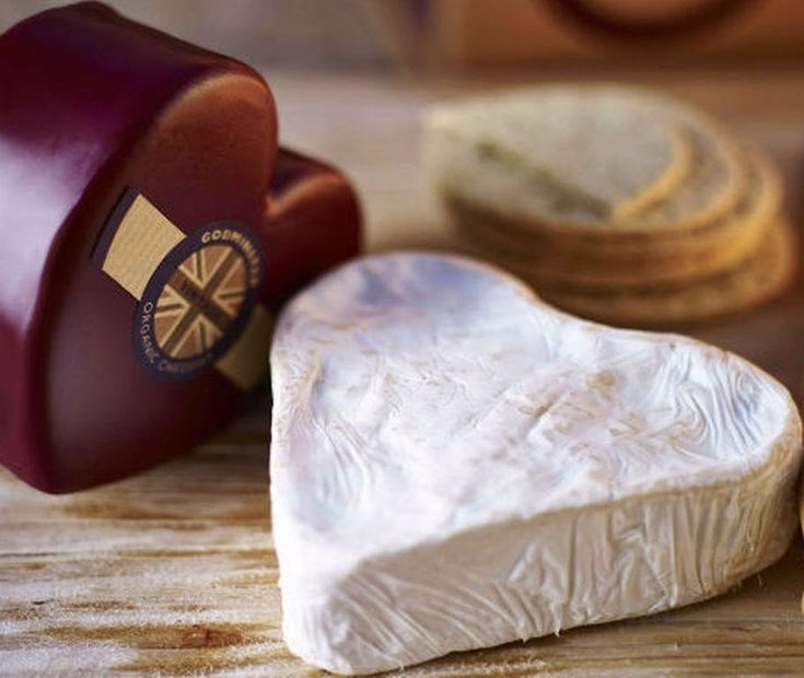 SOUND: https://www.ruspeach.com/en/news/14258/     Камбоцола - это немецкий коровий сыр с плесенью, производители которого сумели соединить черты французских мягких сыров (камамбер) и итальянской горгонцола. Этот сыр был запатентован немецкой компанией Champignon в 1970-х годах. Камбоцола относится к голубым сырам. Для производства сыра используется плесень Penicillium roqueforti, с помощью которой готовят такие сыры, как горгондзола, рокфор и стилтон. Благодаря добавлению сл
