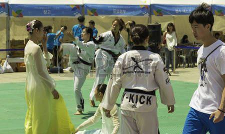 karate donna: Mostra di arti marziali e vestiti tradizionali coreani. Editoriali