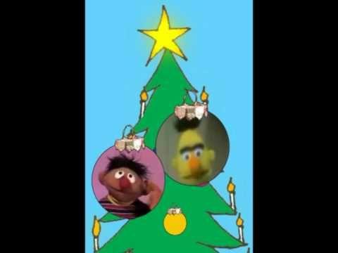 Een filmpje bij het allerleukste kerstliedje 'Ik ben een kerstbal' van Bert en Ernie.