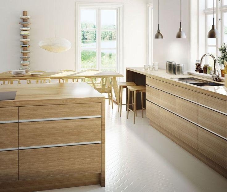 grifflose Küchenfronten aus Eichenholz und weißer Bodenbelag