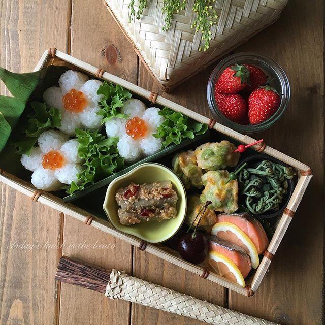 . . ................ 2016.06.04 . Today's lunch is the bento. . . ❁今日のお弁当 #鈴懸 の竹籠弁当❁ . ❁いくらおにぎり ❁紅鮭 ❁枝豆とコーンのつまみ揚げ ❁味噌牛蒡 ❁わらびのおひたし ❁ブラックチェリー ❁苺 . . 久々のお弁当作り♡楽しいな〜♡ . 5/19に購入した老舗菓子店「鈴懸」の人気商品籠に詰められた「百菓行李」を食べ終え、残った可愛い籠にお弁当を詰めてみました。 . . 日本のお弁当 ... やっぱりほっこりですね*:ஐ . . .  #お弁当 #竹籠弁当 #女子弁 #大人弁当 #竹カゴ弁当  #竹籠 #常備菜 #weck #曲げわっぱ #わっぱ同盟  #クッキングラム #お弁当作り楽しもう部  #花のある暮らし #도시락 #주먹밥 #대나무바구니 #homemade #instapic #wasyoku #instafood #bento#lunch#lunchbox . .