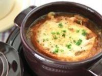 30分で作るオニオングラタンスープは、普段の夕食やちょっぴり気合いを入れたい日にもぴったり! 身体がポカポカ温まります。時間をかけずに簡単に「あめ色たまねぎ」を作る裏ワザとともに、レシピをご紹介します。