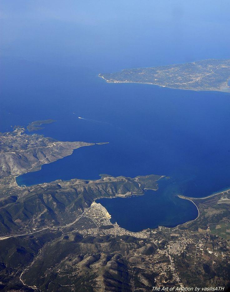 Πετώντας με τα φτερά της AEGEAN πάνω από την Ηγουμενίτσα της Θεσπρωτίας, λίγο πιο δίπλα αριστερά η Πλαταριά και δίπλα της τα Σύβοτα Θεσπρωτίας . Η ματιά μας στο γαλάζιο του Ιονίου φθάνει μέχρι την νότια Κέρκυρα.