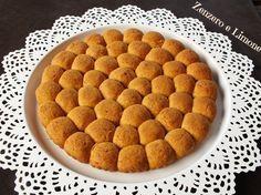 La torta alle mandorle è un dolce abbastanza duro e friabile che oltre ad essere davvero favoloso è anche molto invitante per il suo particolare aspetto.