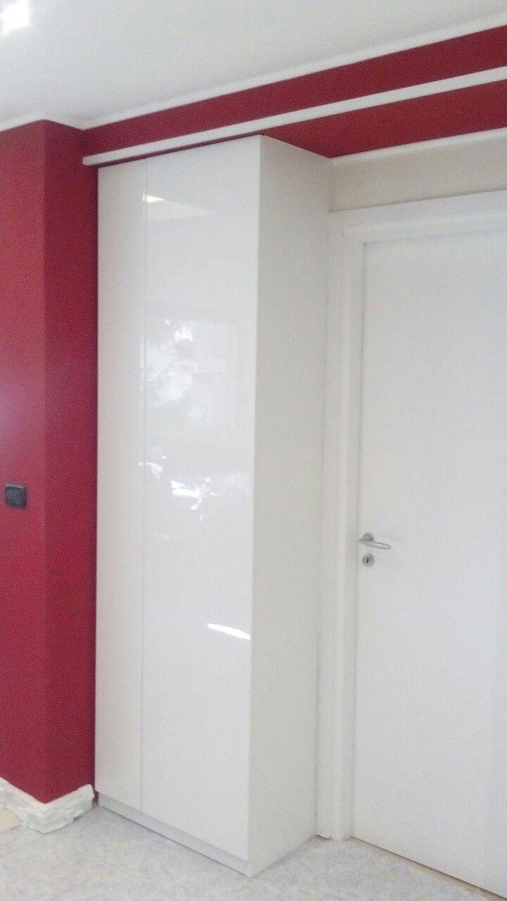 Armadio anta a scomparsa integrato su parete e ribassamento in cartongesso