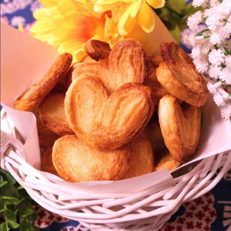 「簡単!美味しい!一口パルミエ」の作り方を簡単で分かりやすい料理動画で紹介しています。スーパーのお菓子コーナーなどでよく見かけるお菓子ですが、実は材料二つでできるんです。とても簡単なのでお子様と一緒に楽しく調理できます。ちょっとした焼き菓子のプレゼントもこれなら喜ばれますね。おやつのお時間などにも是非試してください。