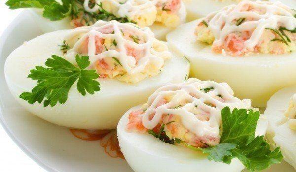 Фаршированные яйца. 26 вариантов для начинки.1. Обжарьте мелко порезанный лук и смешайте с желтком.2. Твердый сыр с чесноком, майонезом и желтком.3. Желток с мелко порезанными маслинами или оливками и…