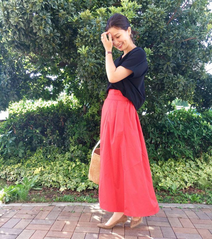 品の良いフレアスカートでレディースコーデの出来上がり♪ きれいな赤色のフレアスカートでレディースコーデの完成です(^^)