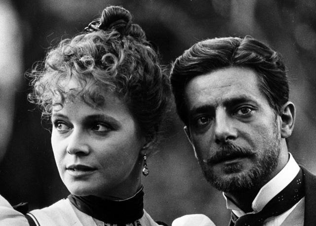 """Laura Antonelli e Giancarlo Giannini   ne """"L'Innocente"""" di L. Visconti"""