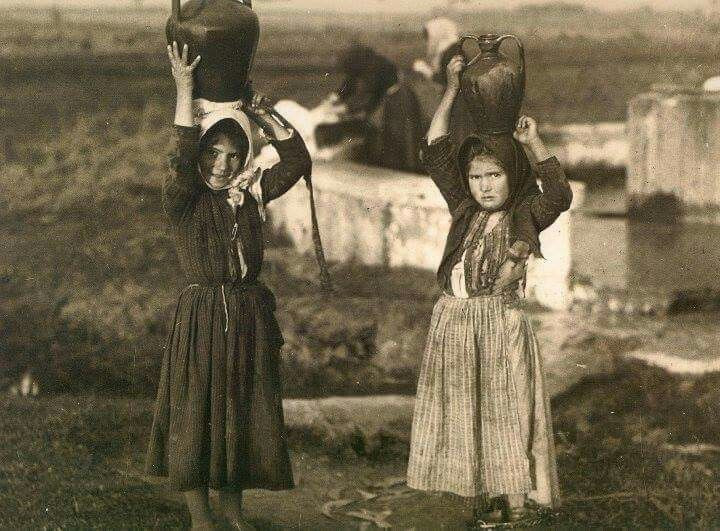Santa Giusta (ORISTANO) 1929 - Bambine alla fonte #Sardinia