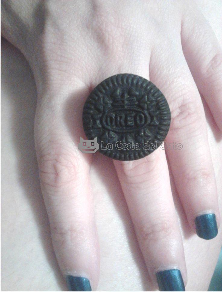 Anillo de galleta mini Oreo, realizado con material hipoalergénico. -Fimo de color negro y blanco -Base de anillo regulable para todos los tamaños *** NO SON COMESTIBLES *** Visítanos en www.lacestadelgato.com