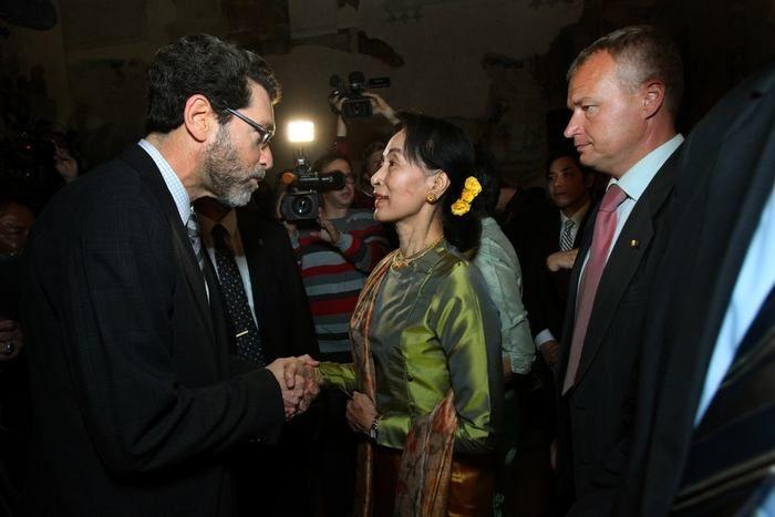 Nositelku Nobelovy ceny míru z roku 1991 přišel pozdravit i americký velvyslanec Norman Eisen. Barmská disidentka soudí, že cenu tehdy získa...
