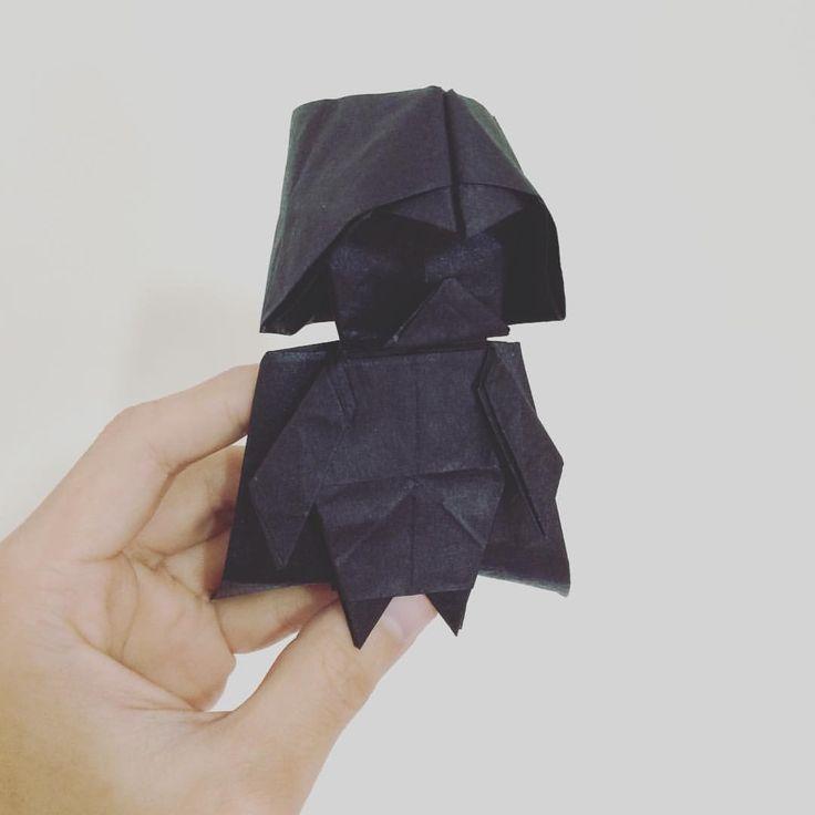 Quand l'origami rencontre un des personnages emblématiques de la saga Star Wars ça ne peut qu'être une réussite et lorsque le maître origami Tadashi Mori donne la marche à suivre pour réaliser Dark Vador en papier plié, ça ne peut que ravir petits et grands !  Comme on sait que dans nos lecteurs il y a pas mal de grands enfants ayant grandi avec la saga et qui ont aujourd'hui des enfants qui eux, ont grandi avec l'origami, on est certains que ce tutoriel va les intéresser.