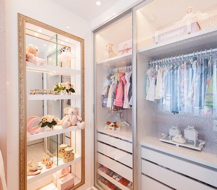 """""""Efeito incrível do guarda roupa  com portas transparentes e iluminação embutida trazendo sensação de amplitude para o quarto dessa princesa #lmarquitetura…"""""""