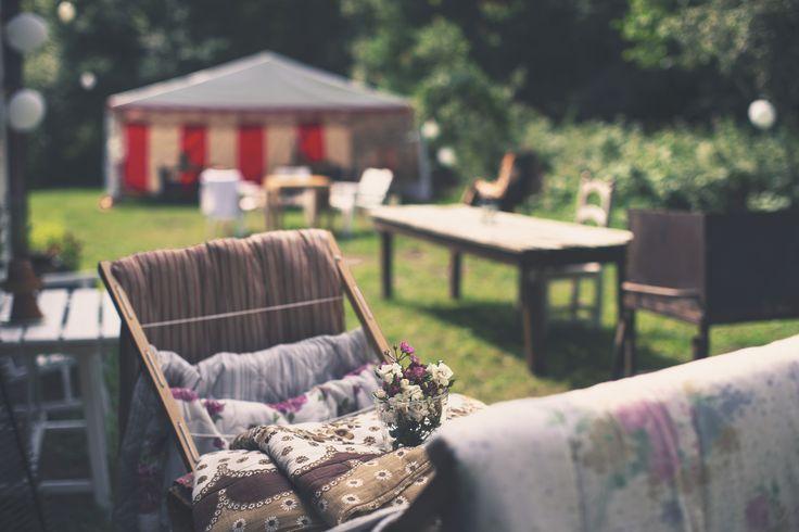 WEDDING ENVIRONMENT - outdoor - inspiration - summer - white balloons - tent - diy - decor - blanckets - sunshine