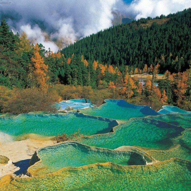 China bukan hanya terkenal dengan hewan Panda dan barang murah saja. Danau 5 Warna di Jiuzhaigou, Provinsi Sichuan, China ini menjadi bukti keindahan alam negeri Tirai Bambu yang sudah mendunia.