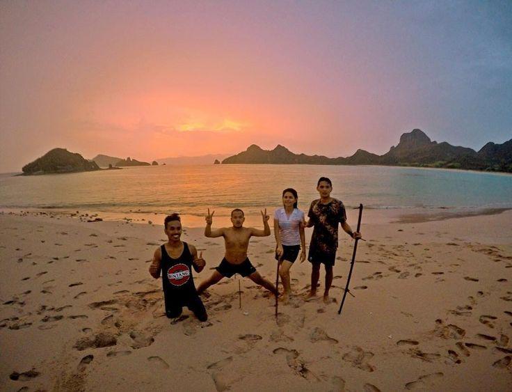 Aku rindu kamu seperti aku merindukan senja yang datang di pulau ini. . . . Jangan Lupa Bahagia Taken by  : @stewartlife . . Loc : Pink Beach Pulau Padar Kep.Komodo NTT. #exploreflores #tukangbajalang by tukangbajalang