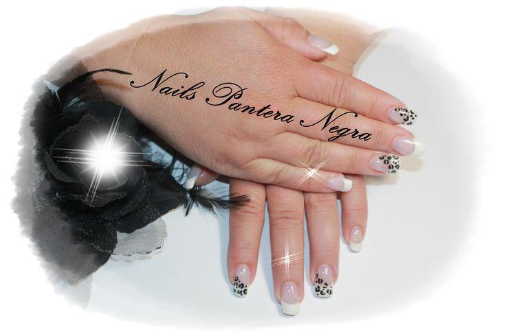 Unhas francesa em gel com nail art tigresa
