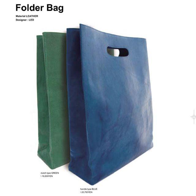 Eine Tasche mit Papiertütenmotiv.