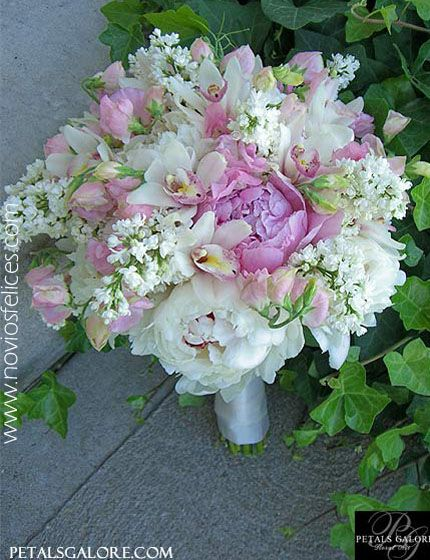 Ramo de novia con hermosas peonias blancas, peonias rosa, orquídeas blancas y delicadas bouvardias en tonos blancos