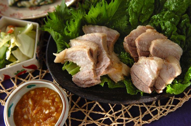 柔らかくゆでた豚肉にみそをつけてサンチュを巻いていただきます。煮汁はスープに!一度で二品完成。ポッサム(韓国風ゆで豚)[エスニック料理/茹でる]2016.04.04公開のレシピです。