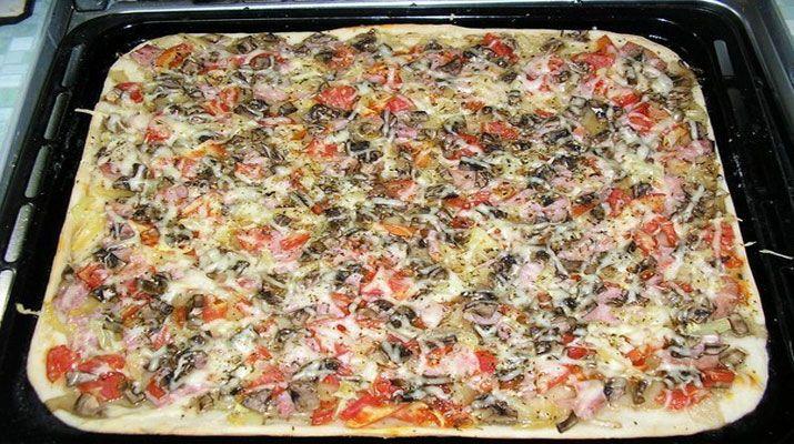 Пицца — это поистине самое популярное итальянское национальное блюдо. Она может быть любой формы и с любыми начинками, главное условие, чтобы все это сочеталось по вкусу. Когда хочется быстро, но вкусно перекусить, домашняя пицца может стать отличным решением.
