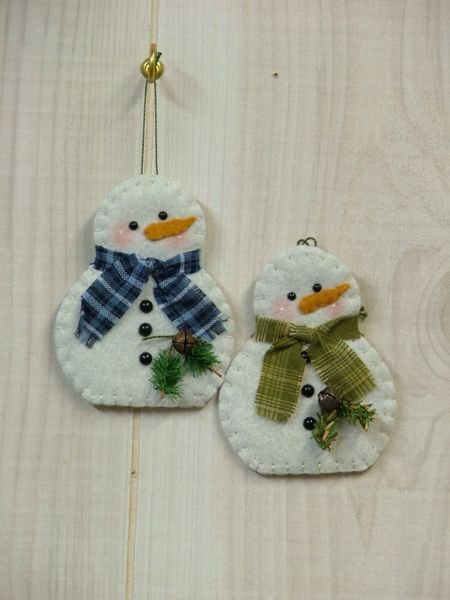 Tis The Season: Snowman Ornament...cute idea for making your own felt snowmen!