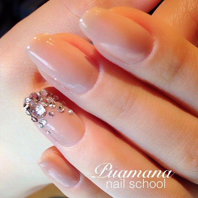 指輪を綺麗に魅せたい♡ヌーディーカラーのシンプル花嫁ネイルカタログ*にて紹介している画像