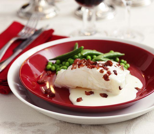 Lutfisk med vitvinssås och bacon | Recept.se