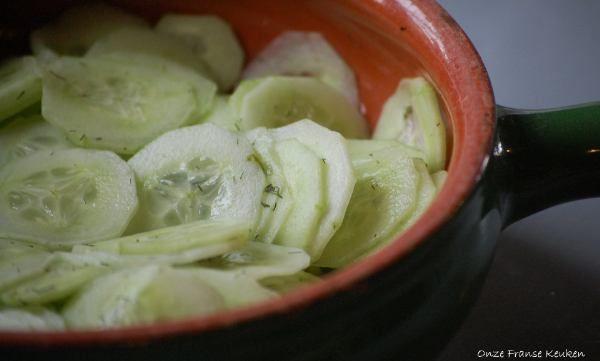 Dit is zo'n typische 'altijd goed' salade. Simpel, snel en ideaal als bijgerecht. Zo serveren wij hem vaak bij hartige taarten, zoals bijvoorbeeld 'luxe quiche met confit de canard'.Detoevoeging van