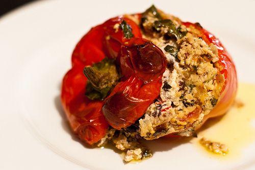 Gevulde paprika met ricotta, kappertjes, olijven en ansjovis. En dan in de oven. Naar een Siciliaans recept.