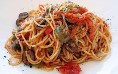 Spaghetti alla puttanesca - La ricetta degli spaghetti alla puttanesca è facile e veloce da realizzare anche per una cena improvvisata con ospiti. Seguite i nostri consigli per un risultato perfetto.