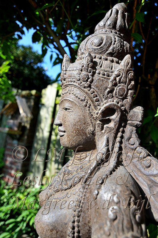 Hindoe Rijstgodin Dewi Sri, Tuinbeeld van lavasteen. Gedetailleerd met de hand bewerkt.