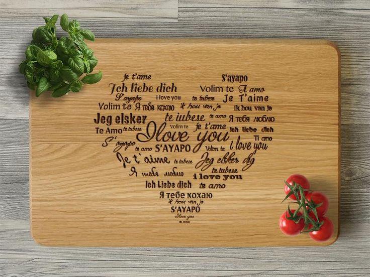 Удивите своих близких практичным и оригинальным подарком!  Разделочная доска с гравировкой для самых любимых.  Разделочная доска из дуба – особый и полезный подарок. Кухонную доску можно дарить по любому поводу: Свадьба, День Рождения, 8 Марта, День Матери, Новый год, Юбилей, Новоселье и т.д. На кухонной доске можно сделать любую гравировку: нанести Ваши имена, изображения, пожелания, логотип или надпись. Цвет древесины и гравировки может незначительно отличаться от фото, так как все…